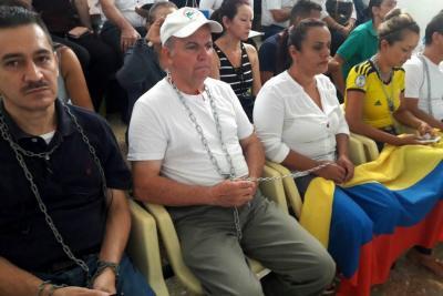 Se encadenaron al Concejo de Floridablanca como protesta por proceso de embargo
