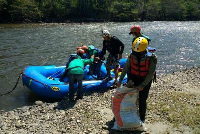 Recolectan más de mil kilos de residuos sólidos del río Fonce