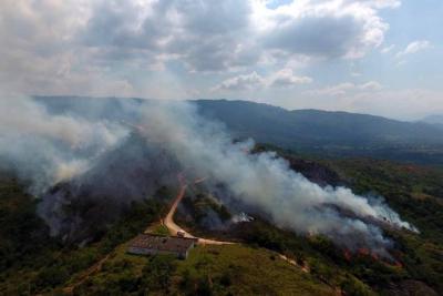 Controlan incendio en Cerro de la Cantera de Piedecuesta