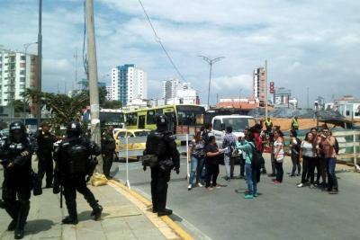 Policía y egresados de la Normal en Bucaramanga se enfrentaron por obras del Intercambiador