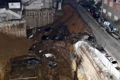 Evacúan dos edificios en Roma por un agujero que arrastró varios vehículos