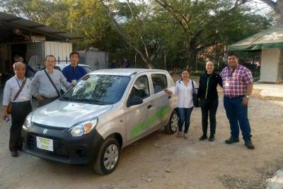 Japoneses ayudan a convertir un auto de gasolina a uno eléctrico en Girón