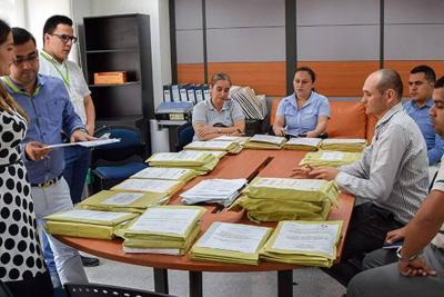 Embargan sueldo de  Secretaria Administrativa