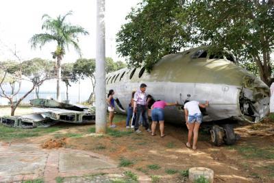 Trasladaron el avión que permanecía en un parque de Bucaramanga