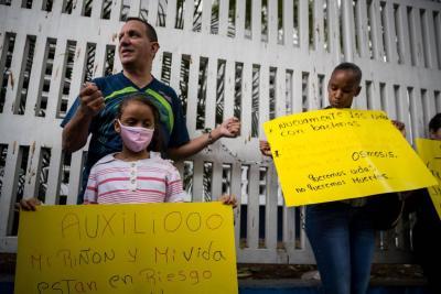 Padres se encadenaron en hospital de Venezuela por falta de atención a niños enfermos
