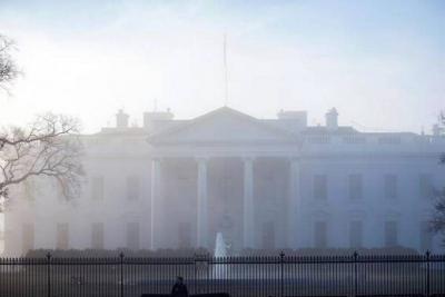 Mujer chocó su automóvil contra la barrera de seguridad de la Casa Blanca