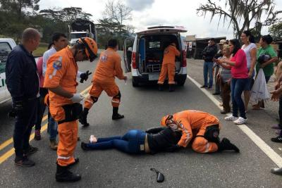 Una mujer resultó herida en accidente de dos motociclistas en Santander
