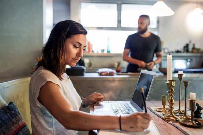 Mujeres que trabajan, hombres en la casa: sí, si es posible