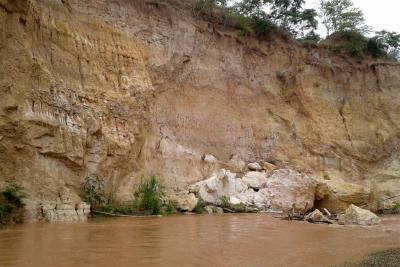 Caída de rocas preocupa a  comunidades de tres barrios de Girón