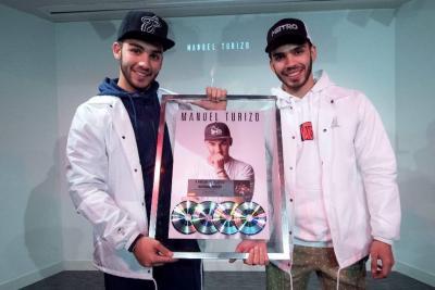 Manuel y Julián Turizo reciben en España cuatro discos de Platino
