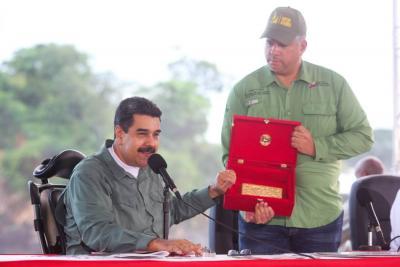 """Trump impone sanciones sobre el """"petro"""" y cuatro altos cargos de Venezuela"""