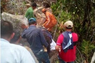 Investigan muerte de una mujer que cayó en moto al fondo de un abismo en Santander