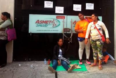 Mujer se encadenó a las puertas de Asmet Salud en Barrancabermeja