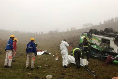 Dos muertos y 15 heridos tras rodar buseta por un abismo en Santander