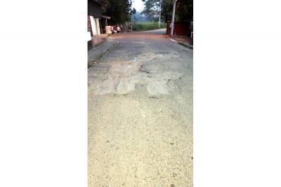En Los Robles piden el arreglo de vía principal