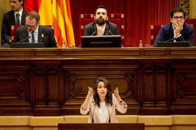 """El parlamento catalán defiende """"derecho"""" de Puigdemont a ser presidente regional"""
