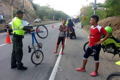 Ciclistas se juegan la vida en la vía entre el aeropuerto y Girón