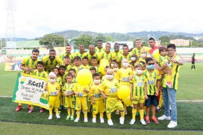 Hinchas y jugadores del Bucaramanga expresan apoyo a niños con cáncer