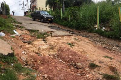 Vía principal y peatonales de Prados de Sur son un 'desastre'