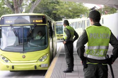 Herido auxiliar de Policía en Cañaveral al evitar que usuario se colara en Metrolínea