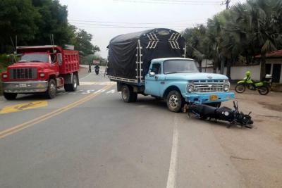 Motociclista resultó herido al colisionar con vehículo