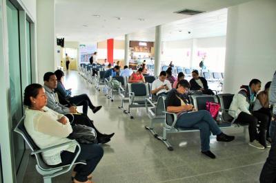 En descenso, tráfico de pasajeros en aeropuerto