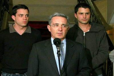 Sigue controversia por el patrimonio de los hijos de Uribe