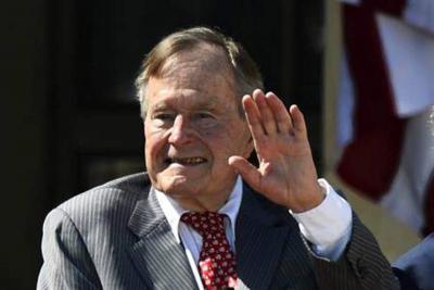 Hospitalizan al expresidente Bush padre días después de la muerte de su esposa