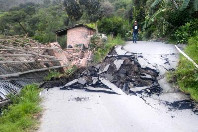 Buscan a expertos geólogos para evaluar emergencia por remoción de tierra en Enciso