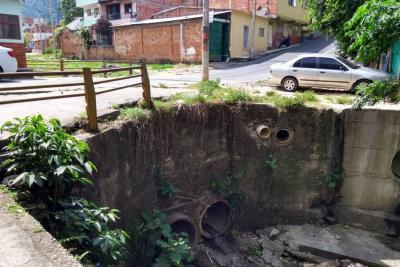 Denuncian contaminación por aguas negras en barrio Villanueva