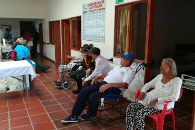 Policía consintió a los adultos mayores de Ruitoque Bajo