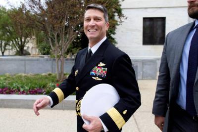 """Trump catalogó de """"falsas"""" las acusaciones contra su exnominado para Veteranos"""