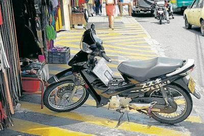A este motociclista en Bucaramanga no le importa estacionar en el peor lugar