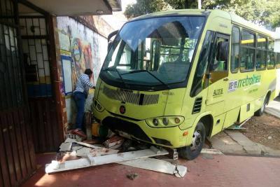 Alimentador de Metrolínea colisionó contra muro en Bucaramanga
