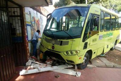 Nuevo accidente de bus de Metrolínea enciende alarmas