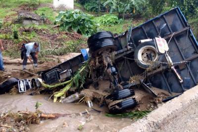 Un adulto y un niño están desaparecidos tras deslizamiento  en la vía a Los Curos