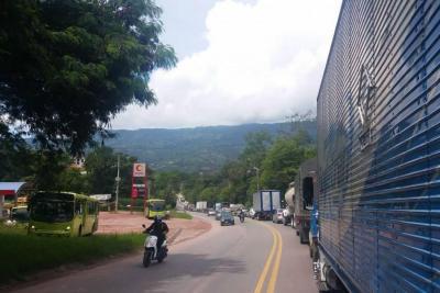 Habilitan paso vehicular en el sector de Los Curos, tras deslizamiento de tierra