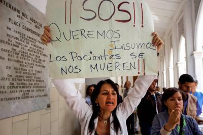 Protestan en varios hospitales de Caracas por crisis de salud