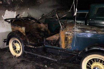 Dos vehículos clásicos afectados por incendio en Ruitoque Condominio