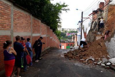 Rompieron un muro de la casa para salir tras emergencia por lluvias en Bucaramanga