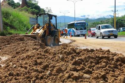 Derrumbes y caída de rocas han afectado varios sectores