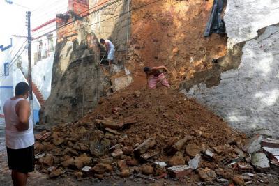 Lluvias arrecian y destruyen techos y fachadas de casas en Bucaramanga