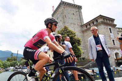 Viviani ganó de nuevo una etapa y Yates sigue líder en el Giro