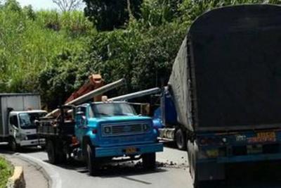 Conductor murió en accidente múltiple en la vía entre Curos y Piedecuesta