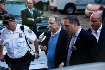 El productor Harvey Weinstein salió libre bajo fianza