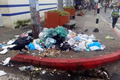 En medio de basura, el Casco Antiguo recibe a sus visitantes