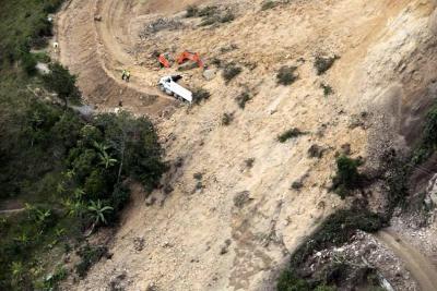 Dos conductores se salvan de quedar atrapados tras nuevo derrumbe en vía Curos y Málaga