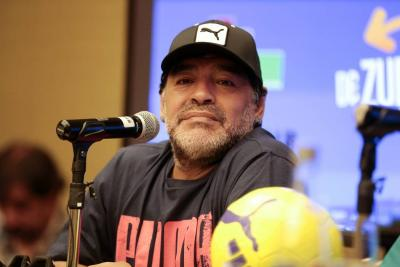 Maradona llega a Colombia para realizarse evaluaciones médicas de una rodilla