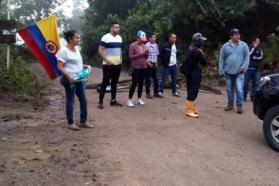 Campesinos mantienen bloqueo a trabajadores de la Ruta del Cacao en Santander