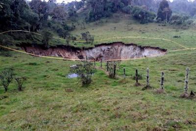 Evacuarán a tres familias tras formación de gigante cráter en Santander